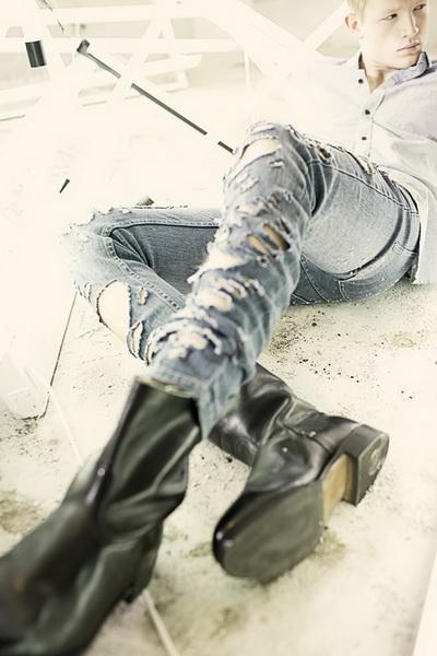 Девушка в рваных джинсах 11