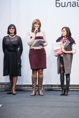 Татьяна Ковалева вручает приз Тё Анне
