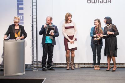 Илья Тихонов вручает сертификат победителю голосования Ахба Анжеле