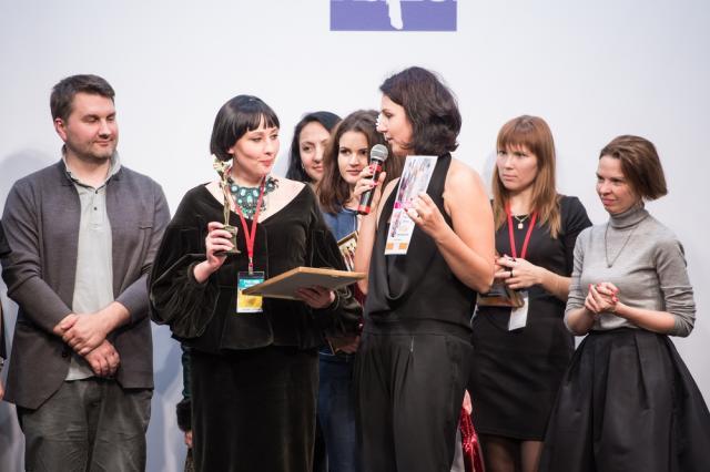 Представитель ИД «ЭДИПРЕСС-КОНЛИГА» Ольга Горемыкина вручает приз Модному Дому Марины Дмитриевой