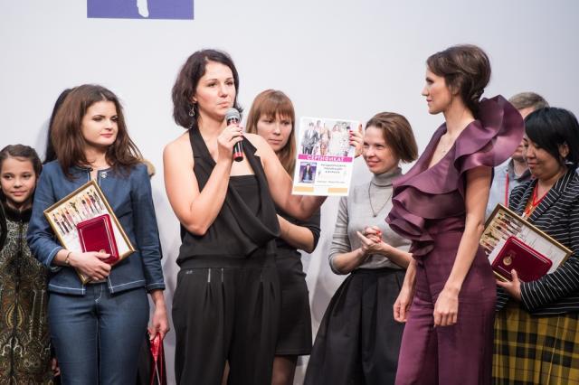 Представитель ИД «ЭДИПРЕСС-КОНЛИГА» Ольга Горемыкина вручает приз компании Lilas