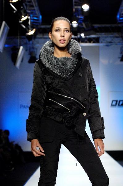Жу Лиин привезла на неделю моды авангардные формы и необычный крой (549.00.jpg)
