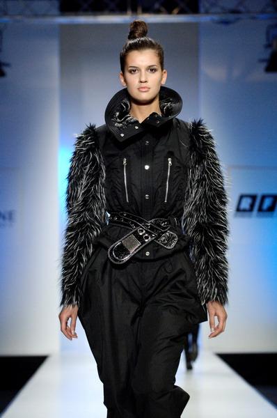 Жу Лиин привезла на неделю моды авангардные формы и необычный крой (549.01.jpg)