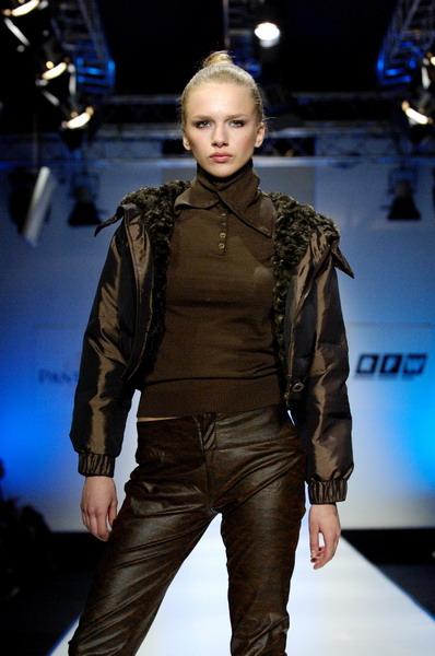 Жу Лиин привезла на неделю моды авангардные формы и необычный крой (549.02.jpg)