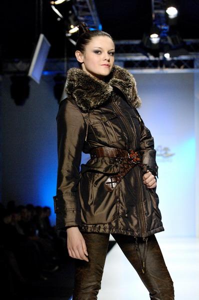 Жу Лиин привезла на неделю моды авангардные формы и необычный крой (549.03.jpg)