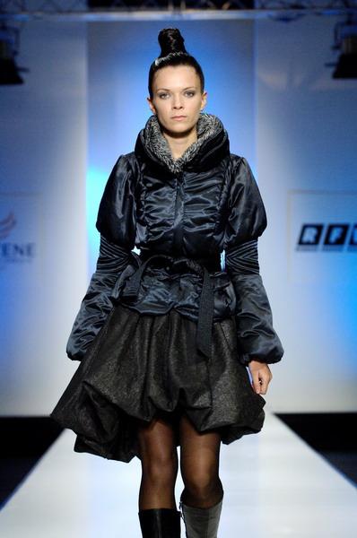 Жу Лиин привезла на неделю моды авангардные формы и необычный крой (549.04.jpg)