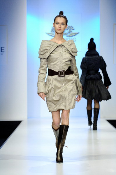 Жу Лиин привезла на неделю моды авангардные формы и необычный крой (549.05.jpg)