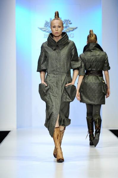Жу Лиин привезла на неделю моды авангардные формы и необычный крой (549.06.jpg)