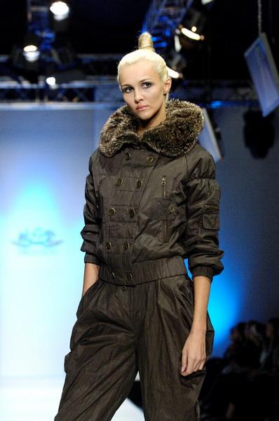 Жу Лиин привезла на неделю моды авангардные формы и необычный крой (549.07.jpg)