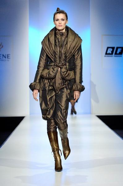 Жу Лиин привезла на неделю моды авангардные формы и необычный крой (549.08.jpg)