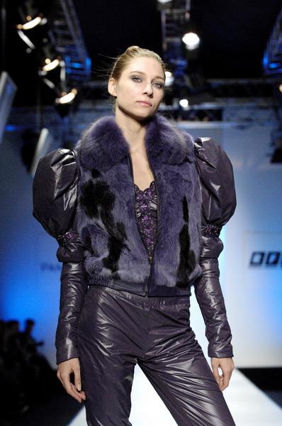 Жу Лиин привезла на неделю моды авангардные формы и необычный крой (549.10.jpg)
