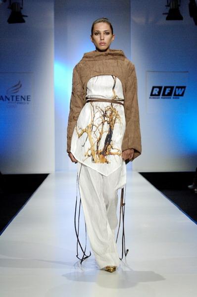 Жу Лиин привезла на неделю моды авангардные формы и необычный крой (549.11.jpg)