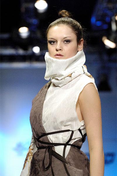 Жу Лиин привезла на неделю моды авангардные формы и необычный крой (549.b.jpg)