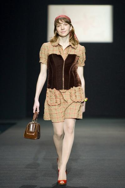 На будущий сезон осень-зима 2007/08 дуэт Marmalade предлагает платья, меха, вязаные береты и чулки (588.04.jpg)