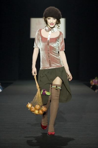 На будущий сезон осень-зима 2007/08 дуэт Marmalade предлагает платья, меха, вязаные береты и чулки (588.08.jpg)