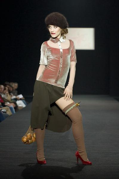 На будущий сезон осень-зима 2007/08 дуэт Marmalade предлагает платья, меха, вязаные береты и чулки (588.09.jpg)