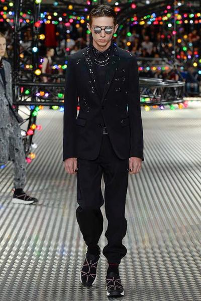 Показ Dior Homme SS 2017 (весна-лето) (67205.Pokaz_.Myjskoy.Kollekcii.Doma_.Modi_..Dior_.Homme_.SS_.2017.14.jpg)