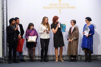 Татьяна Ковалева вручает приз Луизе Алханашвили