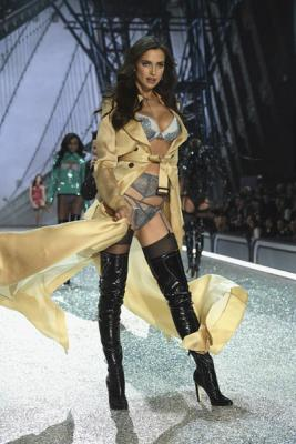 Victorias Secret Fashion Show 2016 (72084–Victorias–Secret–Fashion–Show–2016–12.jpg)