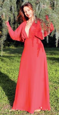 Нарядное платье макси с глубоким вырезом горловины