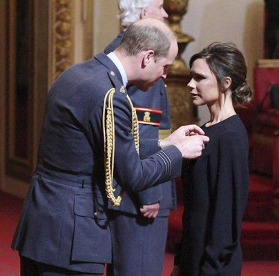 Принц Уильям вручил Виктории Бекхэм орден Британской империи (74478-Vikoriya-Beckhem-Poluchila-Orden-Britanskoy-Imperii-s.jpg)