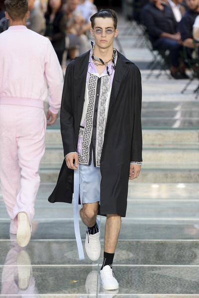 Неделя мужской моды в Милане: Versace весна-лето 2018 (75154-Versace-SS-2018-16.jpg)