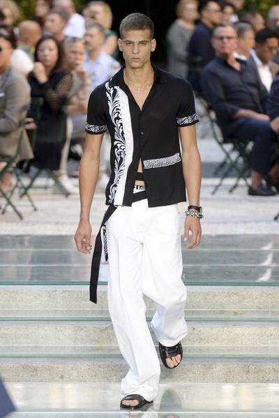 Неделя мужской моды в Милане: Versace весна-лето 2018 (75154-Versace-SS-2018-23.jpg)