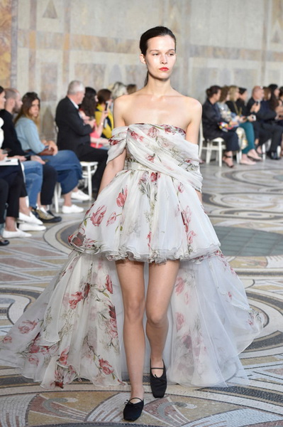 Giambattista Valli Couture осень-зима 2017-2018 (75348-Giambattista-Valli-Couture-AW-2017-2018-08.jpg)