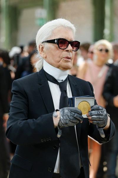 Карлу Лагерфельду вручили главную награду Парижа (75386-Karlu-Lagerfeldu-Vruchili-Glavnuyu-Nagradu-Pariga-b.jpg)