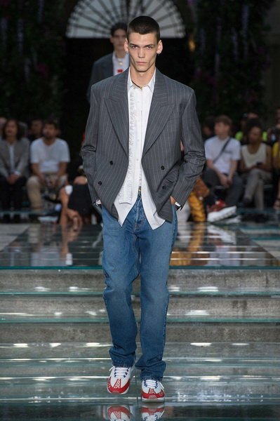 Мужская коллекция Versace весна–лето 2019 (79895-Mujskaya-Kollekciya-Versace-SS-2019-01.jpg)