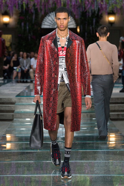 Мужская коллекция Versace весна–лето 2019 (79895-Mujskaya-Kollekciya-Versace-SS-2019-07.jpg)