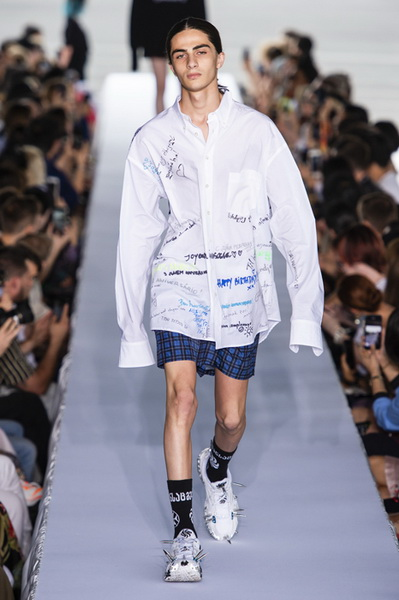 Vetements весна-лето 2019 (80040-Vetements-SS-2019-03.jpg)