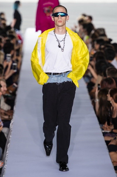 Vetements весна-лето 2019 (80040-Vetements-SS-2019-07.jpg)