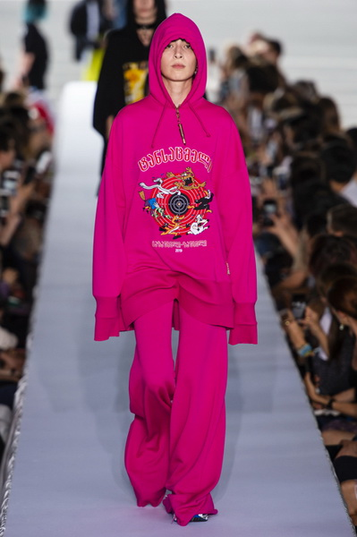Vetements весна-лето 2019 (80040-Vetements-SS-2019-08.jpg)