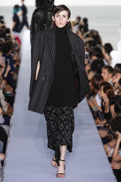 Vetements весна-лето 2019 (80040-Vetements-SS-2019-14.jpg)