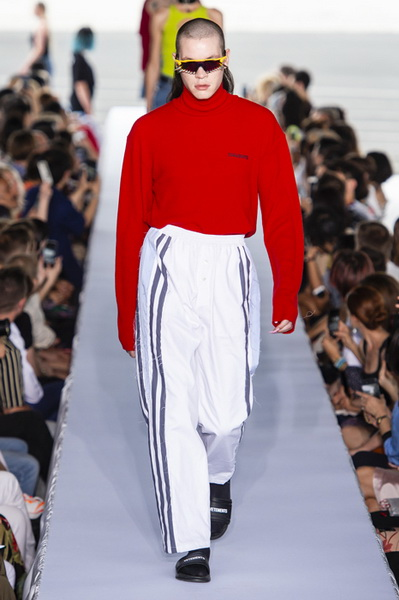 Vetements весна-лето 2019 (80040-Vetements-SS-2019-17.jpg)
