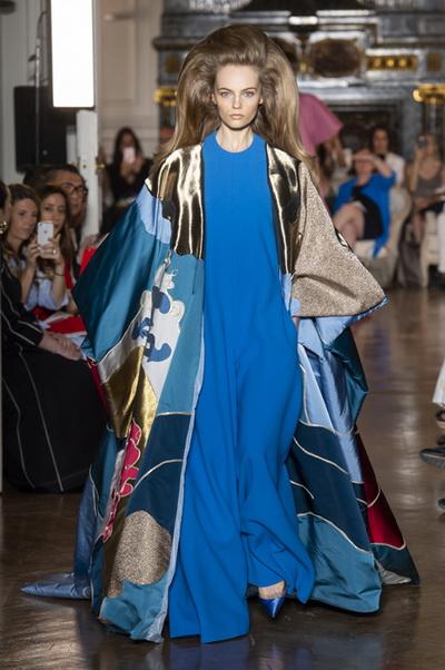 Valentino Couture осень-зима 2018/19 (80112-Valentino-Couture-2018-01.jpg)