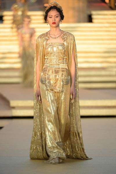 Dolce & Gabbana Alta Moda осень-зима 2019-2020  (85310-Dolce-Gabbana-FW-2020-06.jpg)