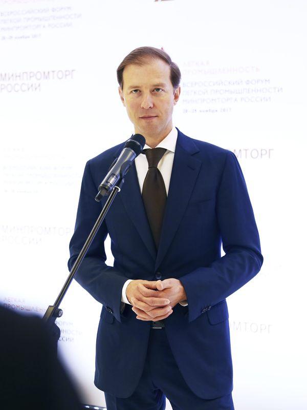 Денис Мантуров: «...масок сейчас производится более 8 млн штук в сутки...» (87959-manturov-b.jpg)