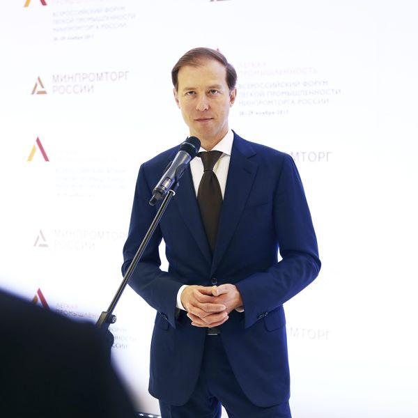 Денис Мантуров: «...масок сейчас производится более 8 млн штук в сутки...» (87959-manturov-s.jpg)