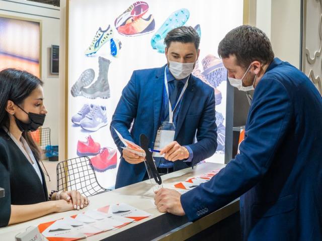 Пять российских кожевенно-обувных компаний показали новинки в Стамбуле (90541-aysaf-stambul-minprontorg-evtuhov-00.jpg)
