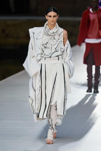 Valentino Couture осень-зима 2021/22 (92972-Valentino-Couture-FW-2022-15.jpg)
